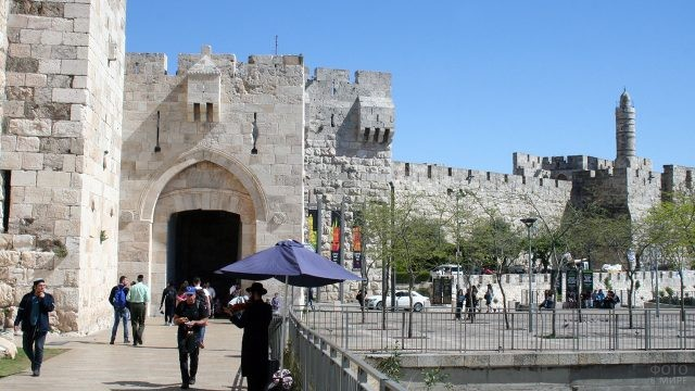 Одни из ворот Иерусалима, ведущих к Стене Плача