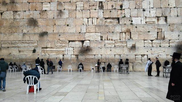 Паломники у Стены Плача в Иерусалиме