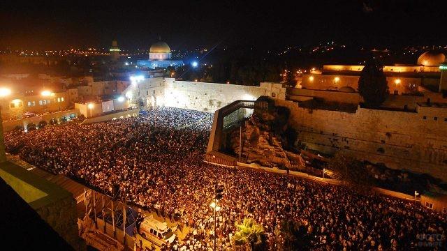 Панорама ночной площади перед Стеной Плача во время иудейского праздника Слихот