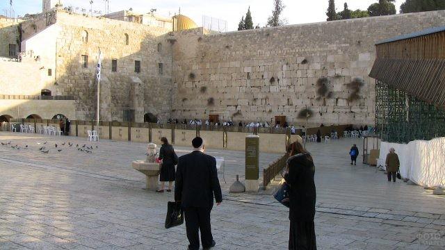 Раввин среди паломников у Стены Плача
