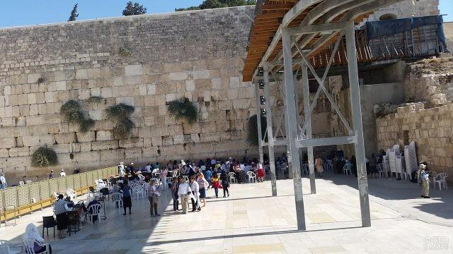 Туристическая зона во дворе Второго Храма у Стены Плача