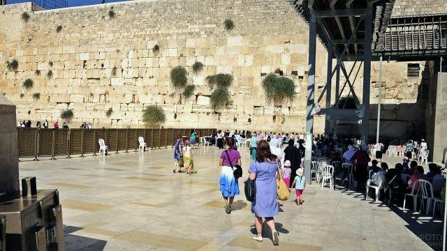Туристки проходят в женскую зону площади перед Стеной Плача