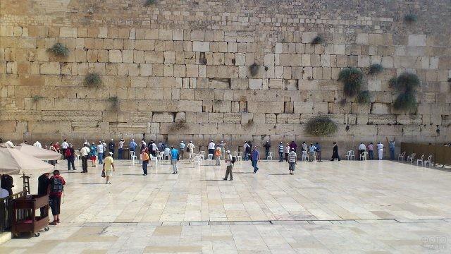Туристы во дворе Второго Храма у Стены Плача
