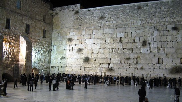 Вечерняя иллюминация Стены Плача в Иерусалиме
