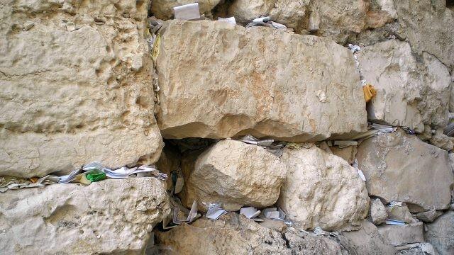 Записки с молитвами к Богу между камнями Стены Плача