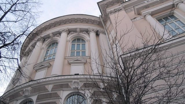 Лепнина на старинном здании библиотеки МГУ на Моховой улице