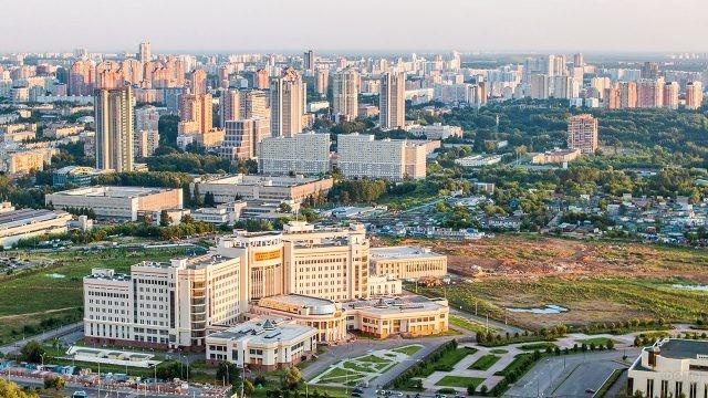 Ломоносовский учебный корпус МГУ на панораме Москвы