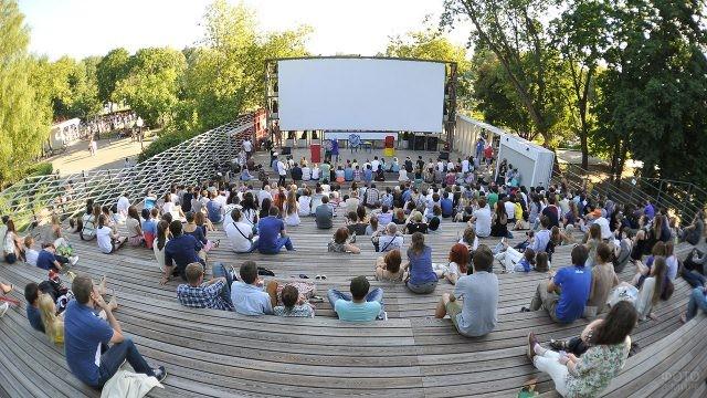 Открытая лекция журналистского факультета МГУ в московском парке