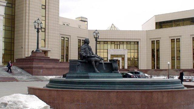 Памятник Шувалову у входа в научную Фундаментальную библиотеку МГУ