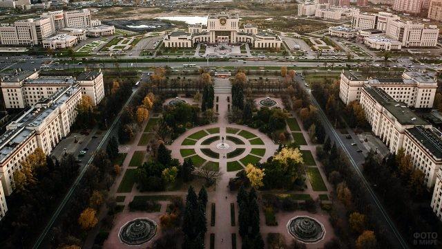 Парк перед главным зданием МГУ и вид на Ломоносовский проспект