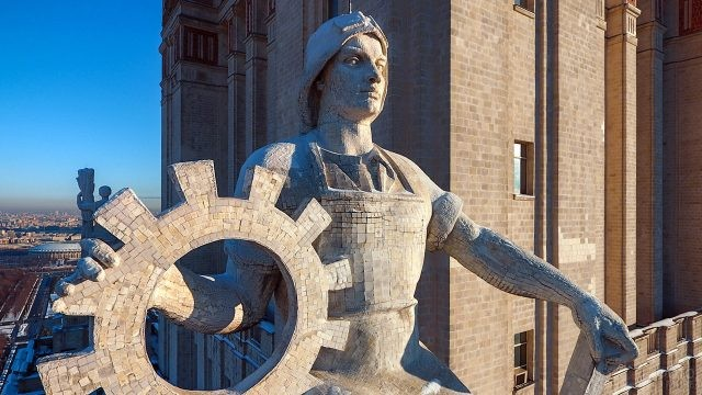 Скульптура рабочего на ризалите высотной части МГУ