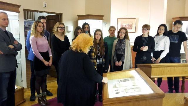 Студенты философского факультета на экскурсии в Музее истории МГУ