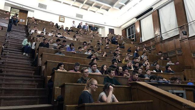 Студенты МГУ на лекции