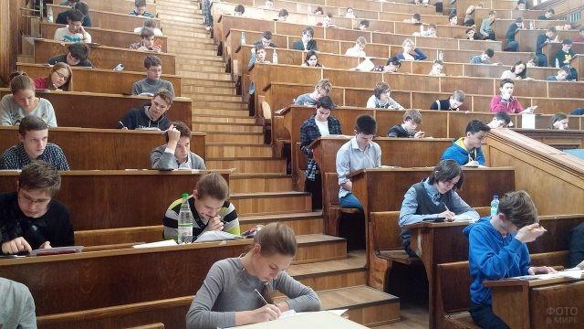 Участники Всероссийской школьной олимпиады в аудитории МГУ