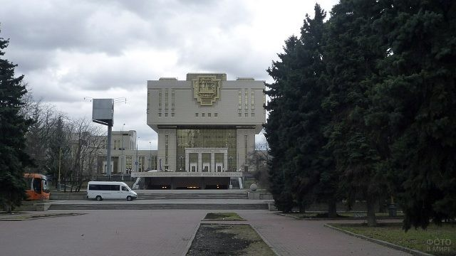 Вид на Фундаментальную библиотеку МГУ с Ломоносовского проспекта