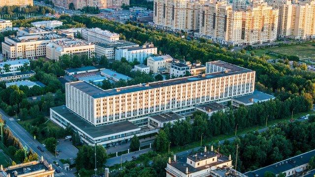 Вид с высоты птичьего полёта на второй гуманитарный корпус МГУ
