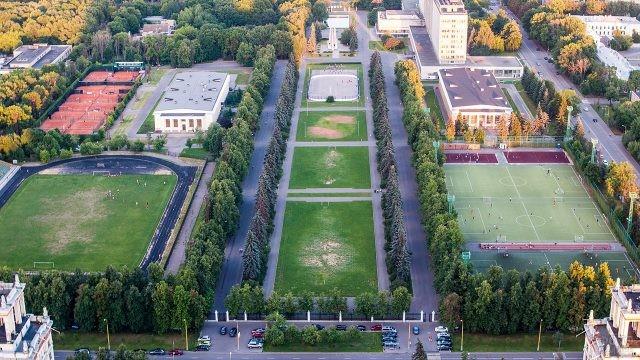 Вид сверху на стадионы и корты МГУ