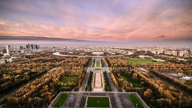 Закат над аллеей МГУ на панораме Воробьёвых гор