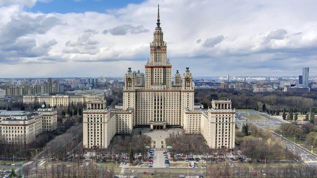 Здание МГУ на осенней панораме Воробьёвых гор