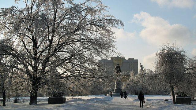 Зимняя аллея перед главным зданием МГУ
