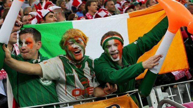 Болельщики Ирландии с раскрашенными лицами