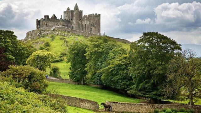 Древний замок на холме в Ирландии