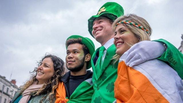 Ирландцы в ярких костюмах на День Святого Патрика