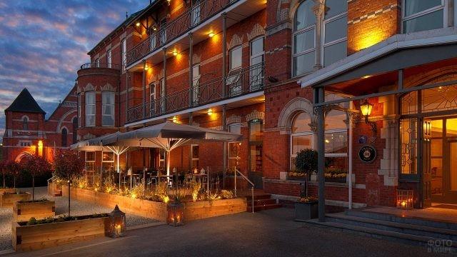 Ярко освещённая летняя терасса у отеля