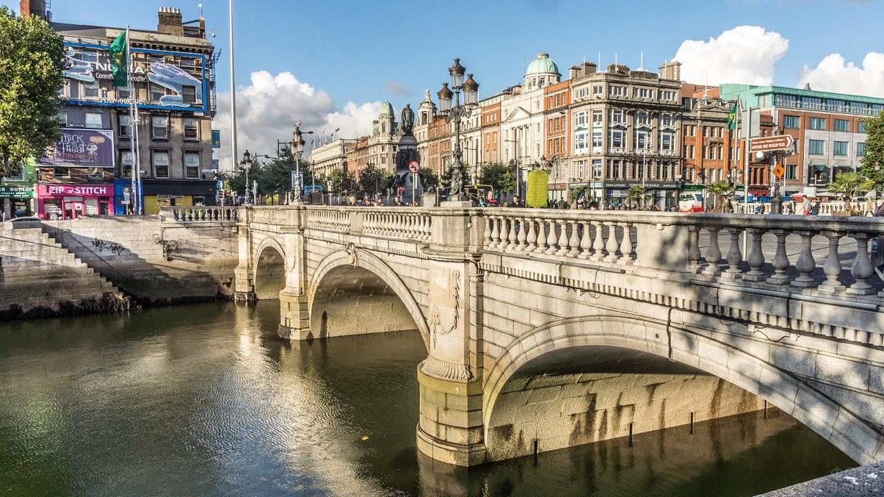 Каменный мост рядом с центральной улицей