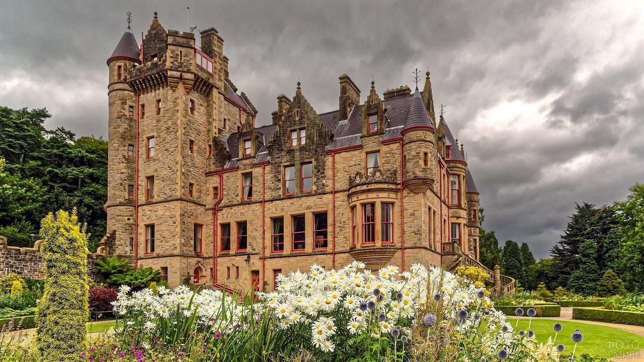 Красивая архитектура замка Белфаст с ухоженным садом