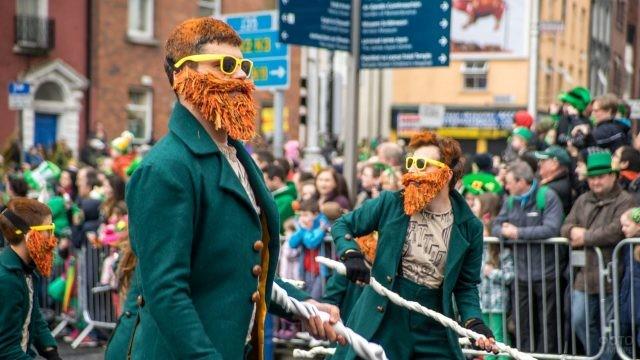 Люди празднуют День Святого Патрика на улицах Ирландии