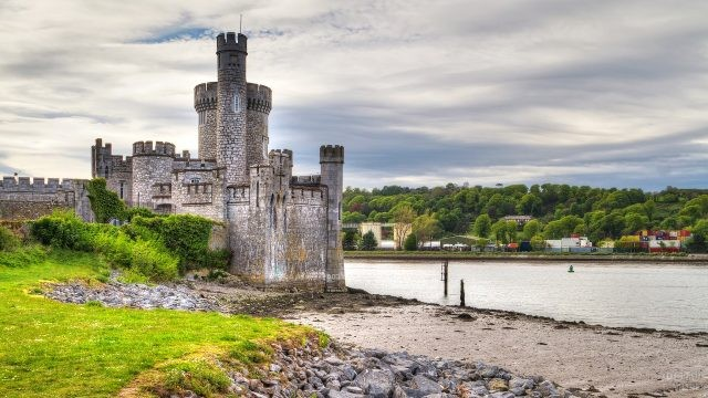 Маленькая крепость, обросшая травой стоит на берегу моря