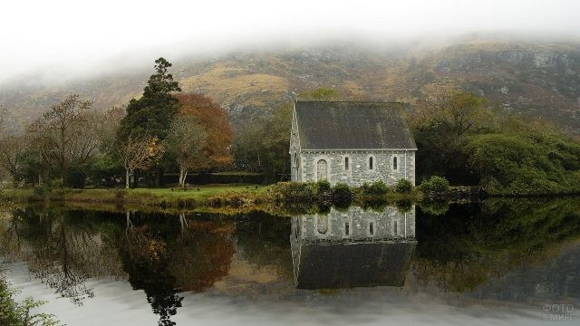 Маленький домик у реки
