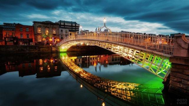 Мост через реку с цветной подсветкой