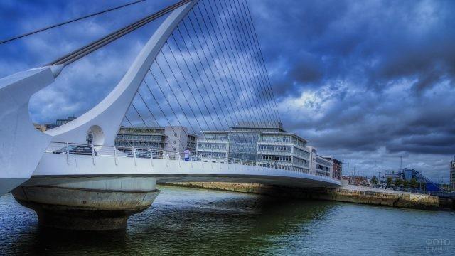 Необычный мост Сэмюэла Беккета на фоне серого неба