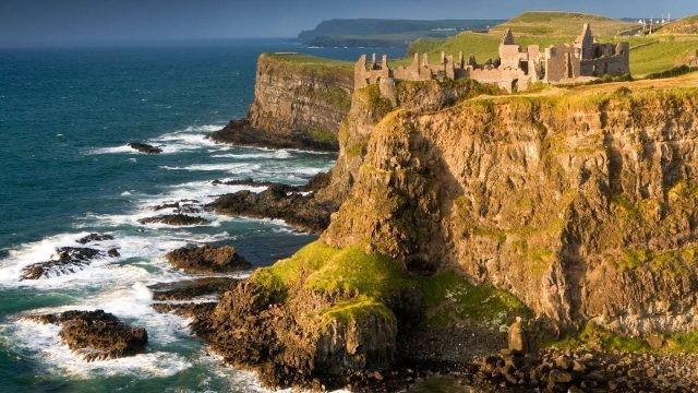 Развалины замка Данлюс на краю утёса