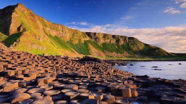 Шестигранные камни на берегу в Ирландии