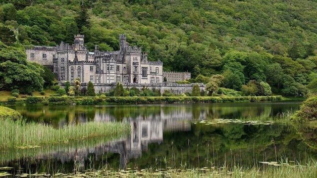 Спокойный водоём у величественного замка
