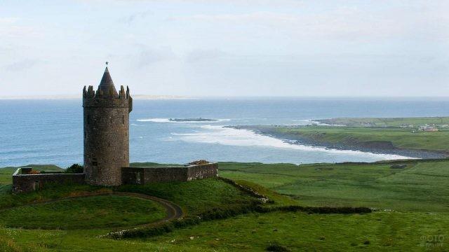 Старинная башня стоит на краю утёса