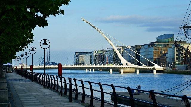 Тихая набережная с видом на необычный мост