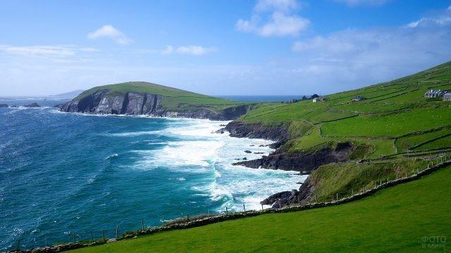 Волны ударяются в скалистые берега просторов Ирландии