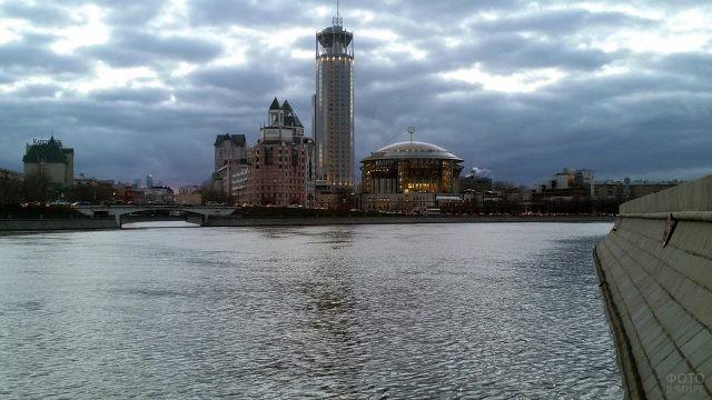 Космодамианская набережная в Москве