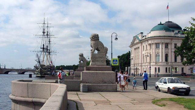 Львы ши-цза на Петровской набережной в Санкт-Петербурге