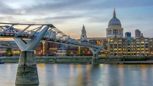 Мост Миллениум на фоне набережной Темзы в вечернем Лондоне