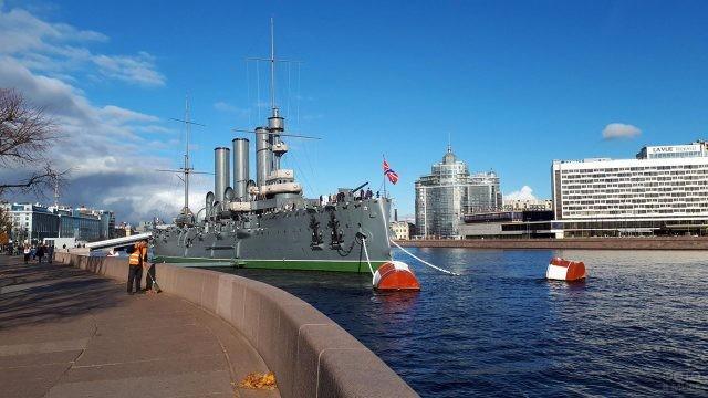 Набережная у крейсера Аврора в Петербурге