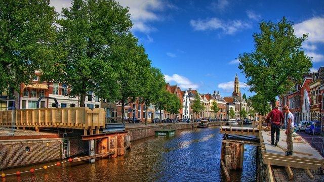 Набережная в туристическом местечке Гронинген в Голландии