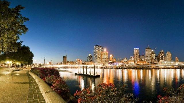 Нарядная набережная в вечернем Брисбене, Австралия