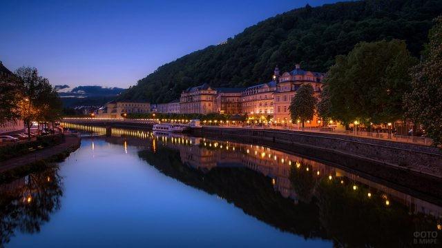Огни на набережной в вечерней Вене