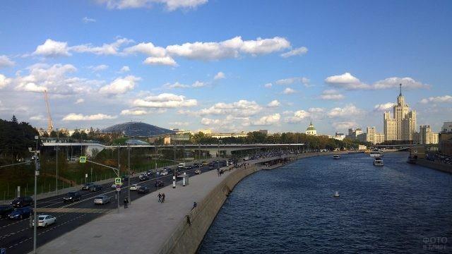 Панорама Москворецкой набережной в Москве