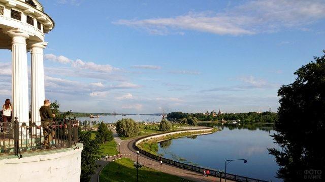 Панорама набережной в Ярославле